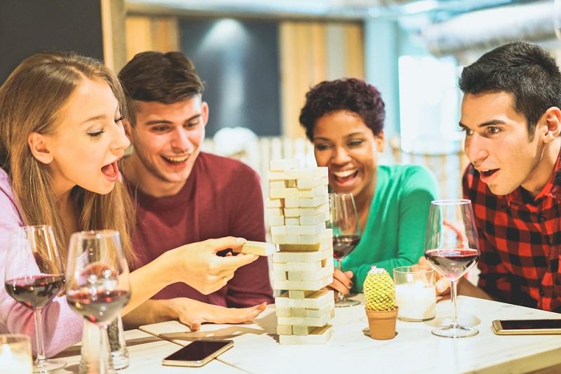 Gry towarzyskie, czyli pomysł na wieczór pełen śmiechu i dobrej zabawy!
